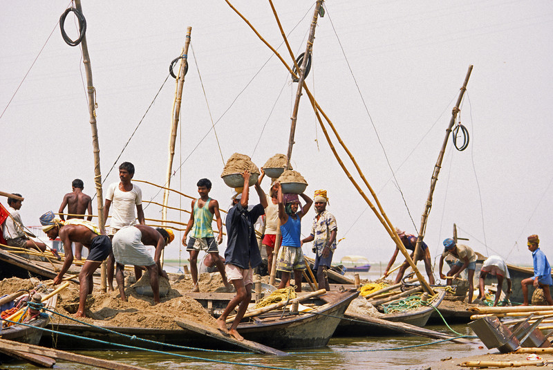 L1876 Sand workers with boats on Ganges, Allahabad.