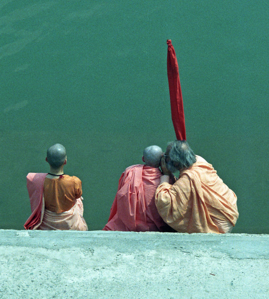 L2391 Dandi Swami giving instructions to sannyas initiate. Rishikesh