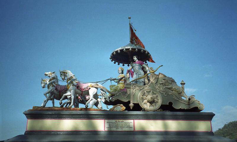L0988 Krishna and Arjuna in Chariot, Swaragashram, Rishikesh