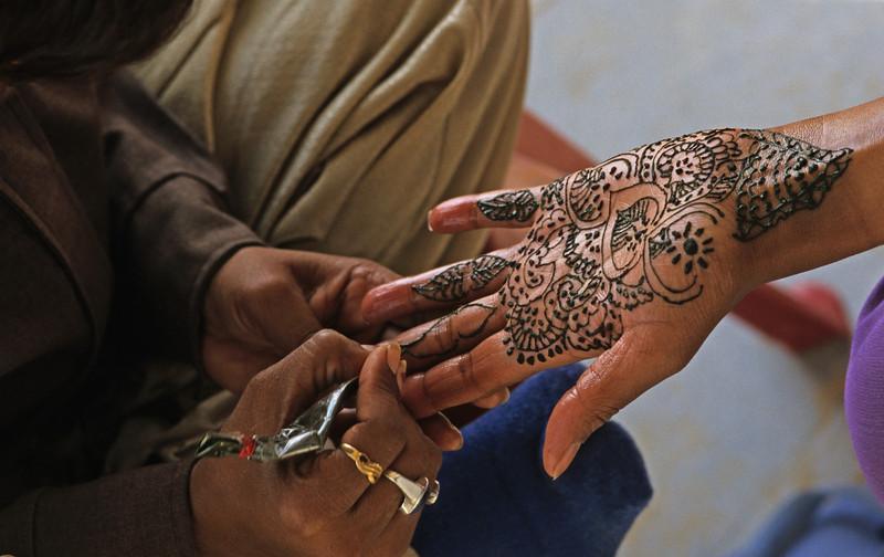L1120 Henna hand