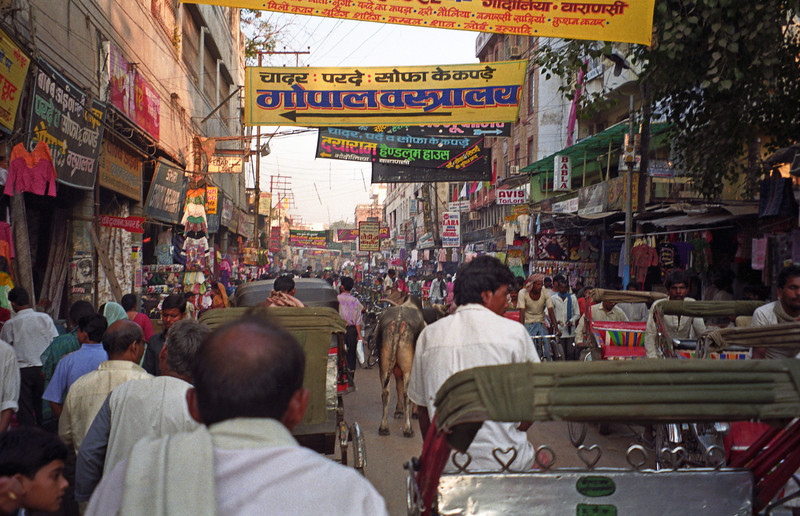 L2546 Benares street scene.