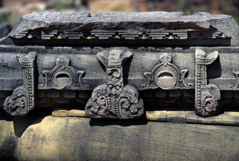 L1673 Ancient architecture, Dhamek Stupa site, Sarnath, Varanasi