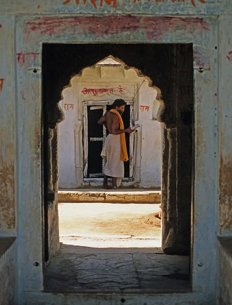 L1940 Sadhu at the door, Chitrakut