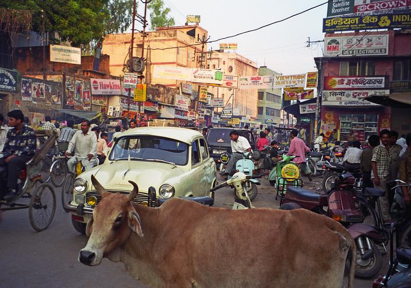L2548 Benares street scene.