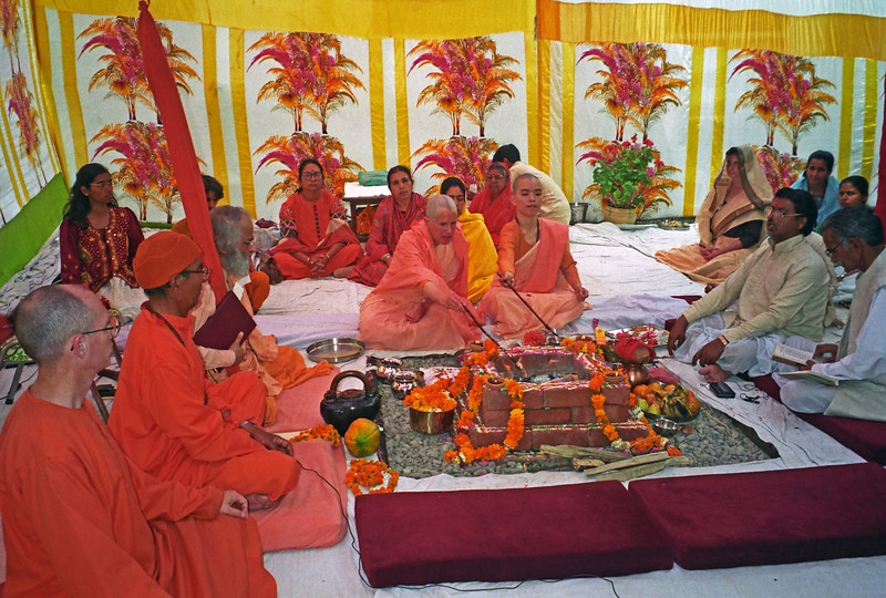 L2394 Vedic fire ceremony, Sannyas initiation. Rishikesh