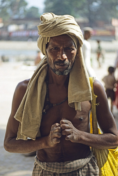Many lepers live outside of colonies