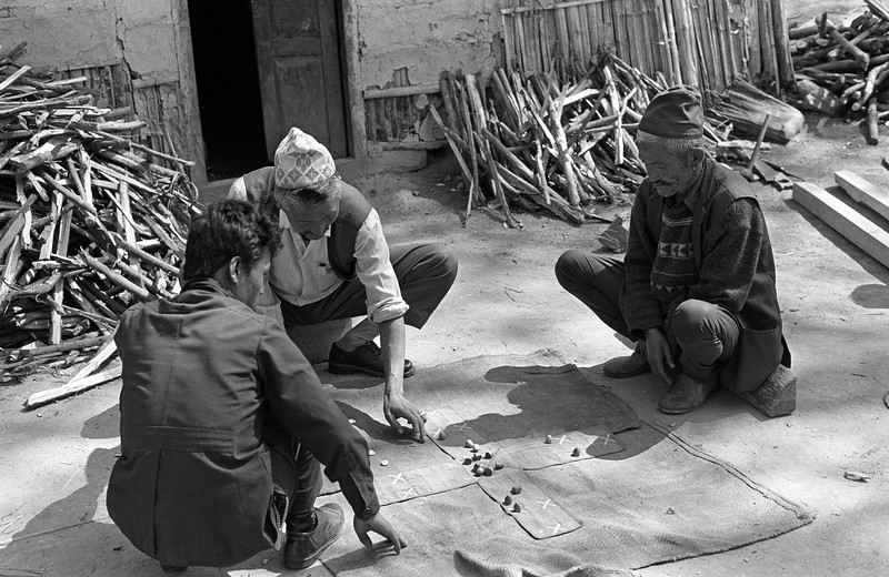 L0957 Traditional game in countryside