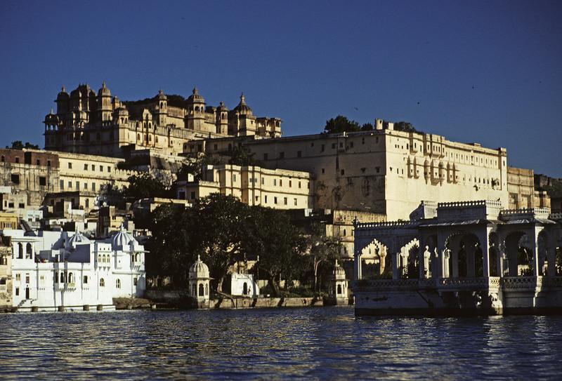 L1510 City Palace at Udaipur from Pichola Lake