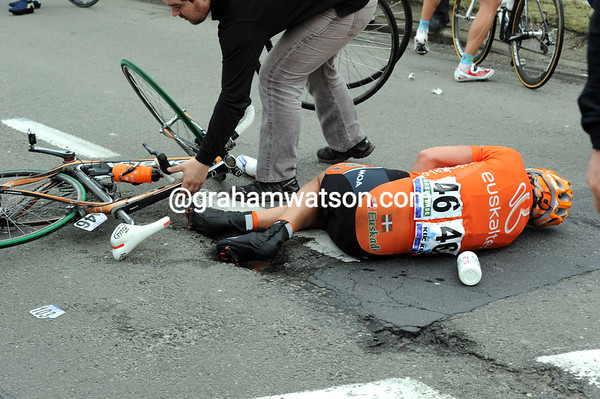 Gorka Isausti is the main victim of another crash in the peloton...