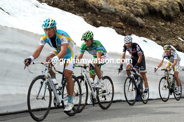 Vinokourov is doing all the chase work as his group nears the snowy summit...