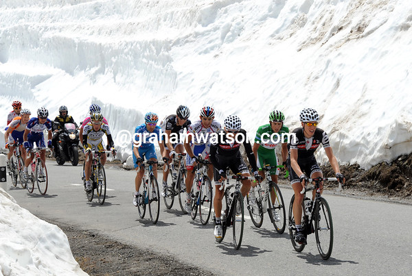 The escape nears the summit of the snow-packed Forcola di Livigno...