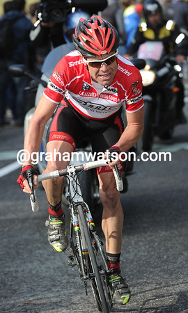 Cadel Evans has suddenly exploded out of the Basso group, gone past Vinokourov, and is now closing in on Tschopp..!