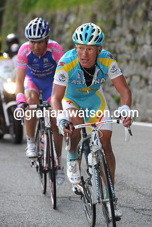 Vinokourov is finally tiring as he and Righi realise Tschopp might just win the stage..!