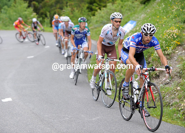 Cataldo is still pushing the pace for the escape on the Glandon - but they are no further away from the peloton..