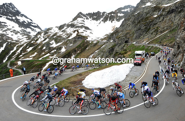 The peloton is almost as one as it descends the Sustenpass...