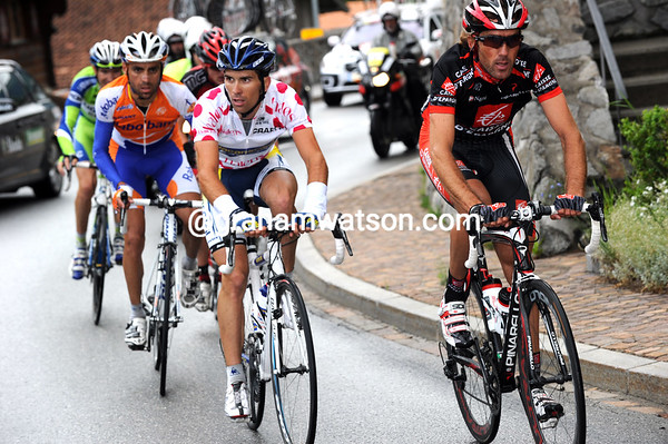 The escape is breaking up as it starts the Abula Pass - Lastras, Garate and Marcado lead the way now...