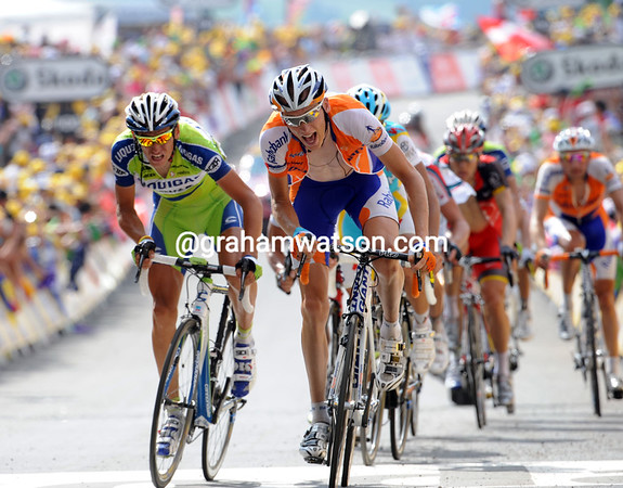 Robert Gesink takes 3rd-place ten-seconds later - in this group are Evans, Contador, Basso, Kreuziger, Van Den Broeck, Menchov, Sastre and Leipheimer...