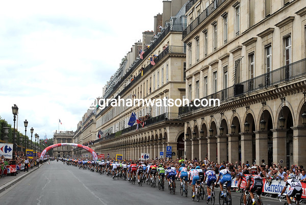 The peloton speeds past the Jardin de Tuilleries...