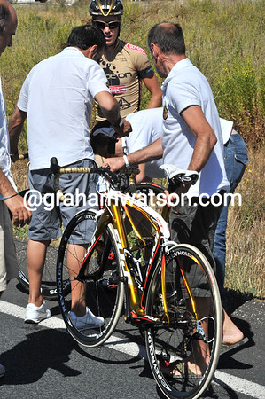 Not again - Johnnie Walker's Fuji bike needs changing - and this time Footon-Servetto have got three men on the job..!