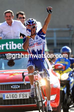 One-eyed Joaquin Rodriguez wins stage fourteen atop Pena Cabarga..!