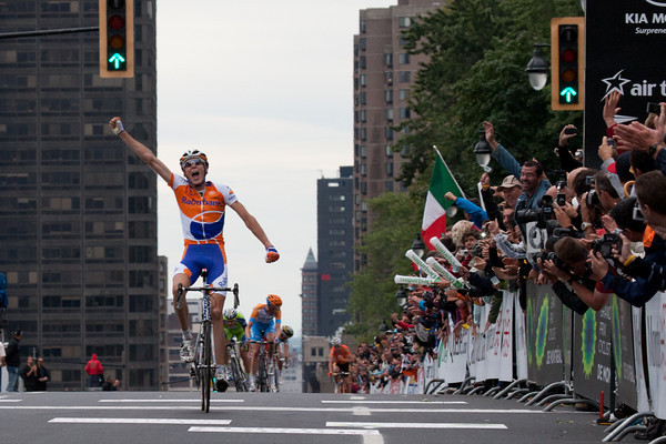 ...giving him the win as Sagan comes around Hesjedal just before the line.