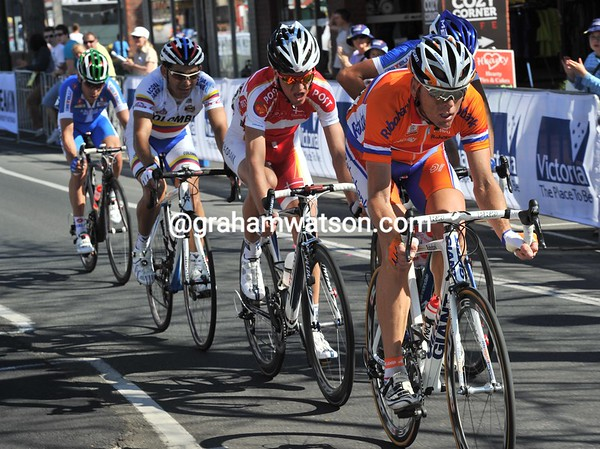 A new move develops at the front, with Moerenhout, Kolobnev, Sorensen, Nibali and Visconti...