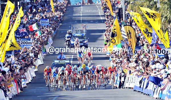 There's been a big regroupment at the start of the finish-straight - the sprint is on..!