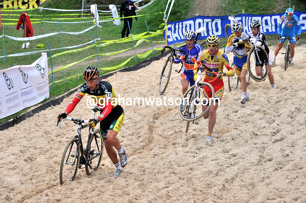 Sven Nijs leads the chase ahead of Klaas Vantornout...
