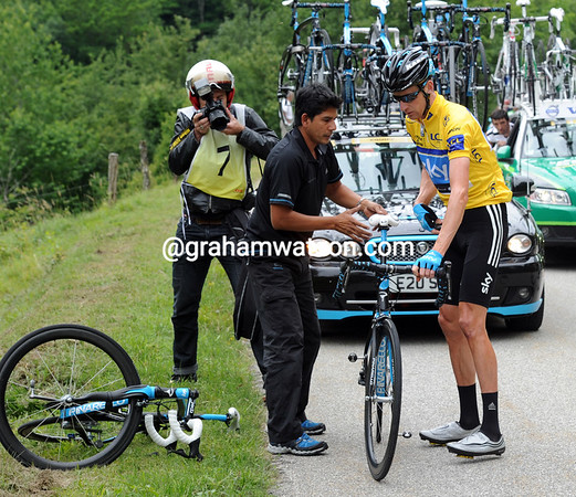 The Sky mechanic hands over a different bike, but Wiggins will change it again after work's been done on his preferred machine...