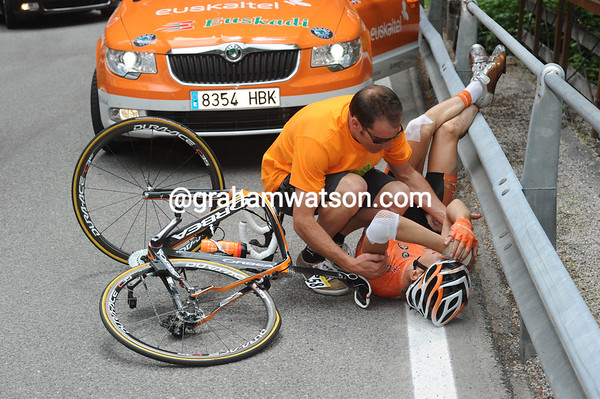 Juan Jose Oroz has crashed out of the race on the descent..!