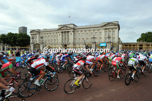 The peloton rolls past Buckingham Palace at the start of a 140-kilometre day...
