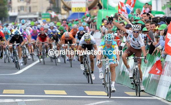 Alexandre Vinokourov wins stage three from Cherel and Martin after the three attacked in the closing kilometres - and ruined the dreams of the sprinters..!