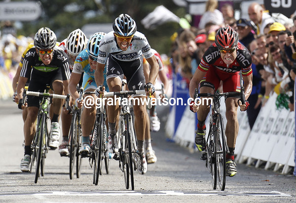 This is going to be close - Contador and Evans are sprinting it out..!