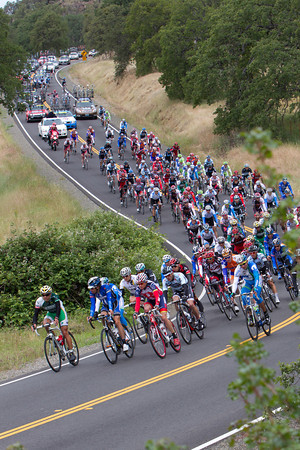 The peloton seems relaxed as they keep the gap managable to the break.
