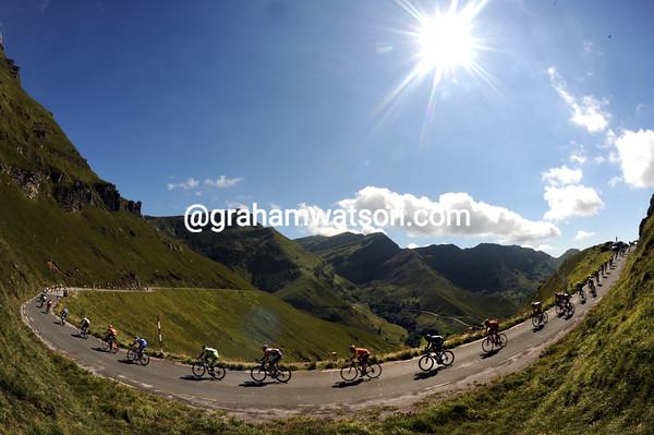 The peloton descends into Cantabrica over the Portillo de Lunada...