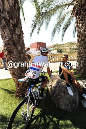 Bradley Wiggins and Dario Cioni are discussing their tactics under the shade of some palm trees - it's 35o C out there..!