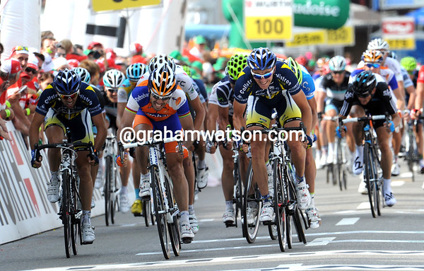 It's a tight sprint-finish between two Vacansoleil riders and Oscar Freire...