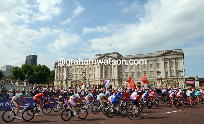 The peloton passes Buckingham Palace at the start of the Mens Olympic Road Race