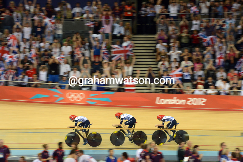Great Britain's women thrilled the crowds by breaking the World record  in the team pursuit qualifying