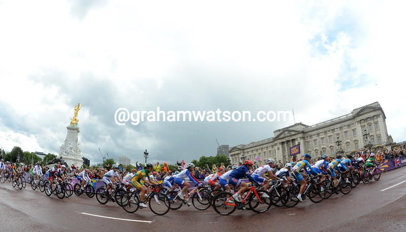 The womens road race leaves the start at Buckingham Palace