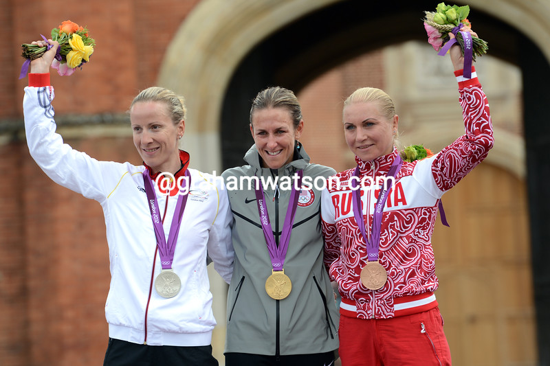 Kristin Armstrong celebrates in Hampton  Court with runner-up Judith Arndt and bronze medalist Olga Zabelinskaya
