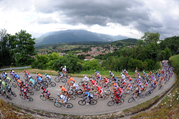 The peloton climbs the first small Col already six minutes down...