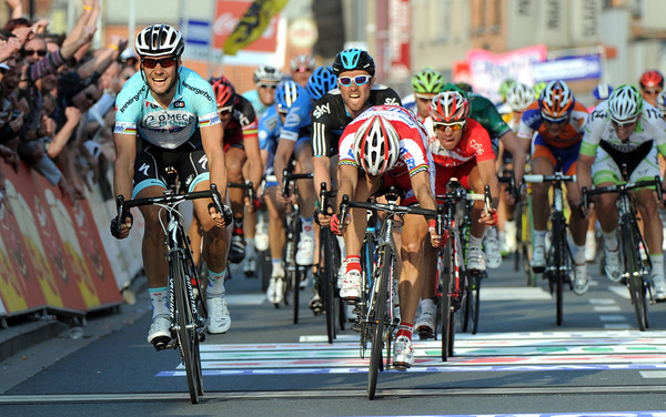 Tom Boonen wins the E3 Harelbeke - but Oscar Freire has got close to him..!
