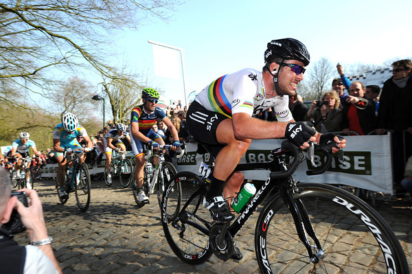Cavendish is digging deep to also try and join the move, but he'll miss out because of a split on the descent...