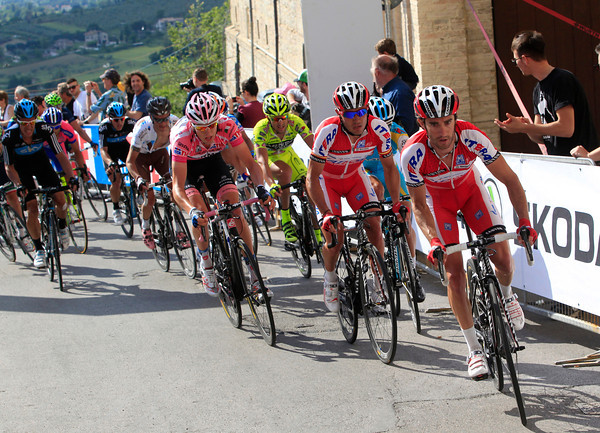 Daniel Moreno looks as if he's leading out teamate Rodriguez ahead of Hesjedal...