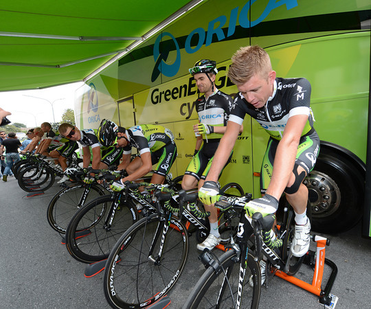 The Green Edge team are creating a stir at the start by warming up on turbo machines before the short stage...