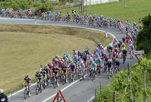 Green Edge leads the peloton onto a series of small climbs - Sky is no-where to be seen right now...