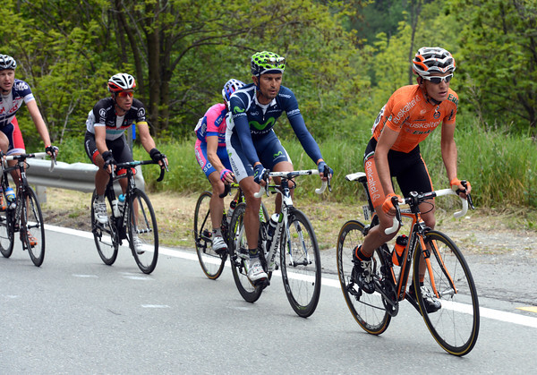 Cunego and Rujano start the long climb to Cervinia in company with Txurruka, Bruseghin, Oliveira and a few others...