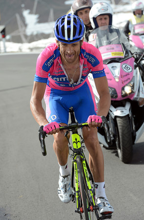 Scarponi's mouth is dry, a sign that his effort might fail...