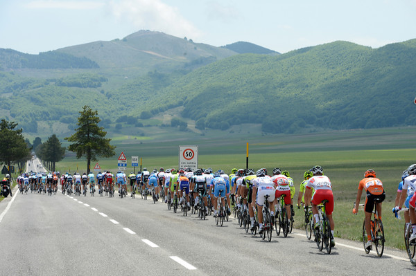 The peloton is enjoying the Abruzzo scenery while the escape profits...